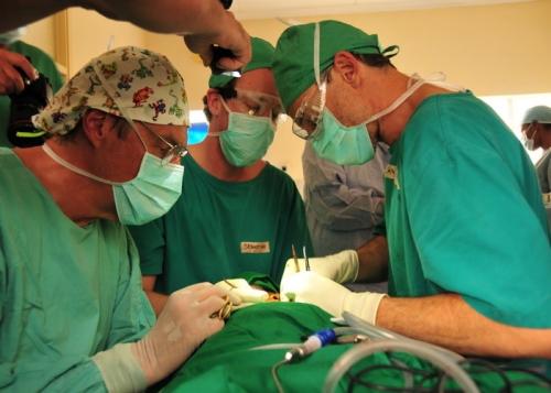 Rot. J. Thomas Lambrecht (links) beim Operationseinsatz mit seinem Team