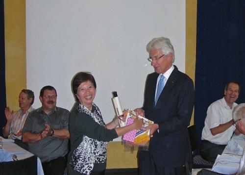 Besuch am Rotary Lunch - Austausch von Geschenken