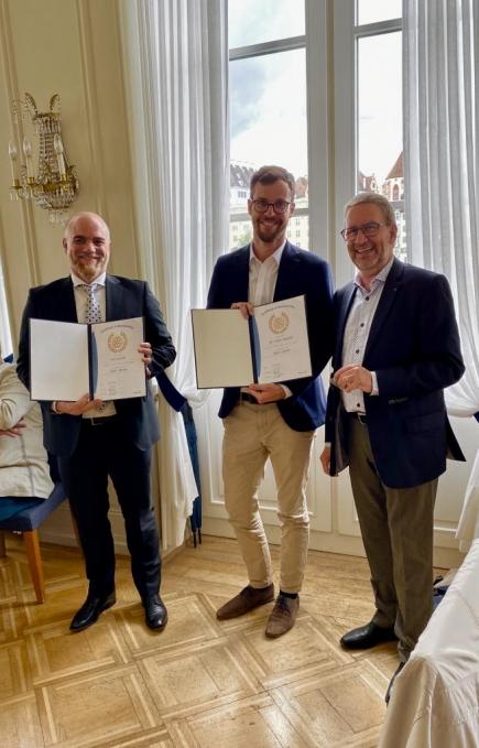 Die Neurotarier Luca Pertoldi und Per Anders Musfeld mit den von Präsident Stefan Frei überreichten Aufnahme-Zertifikaten.